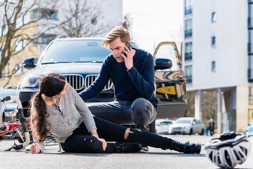 被害者に自分の身元を明かし、保険会社に事故を連絡する