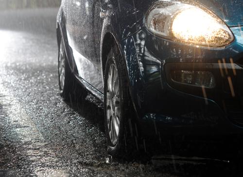 雨の日はスリップ事故が急増する