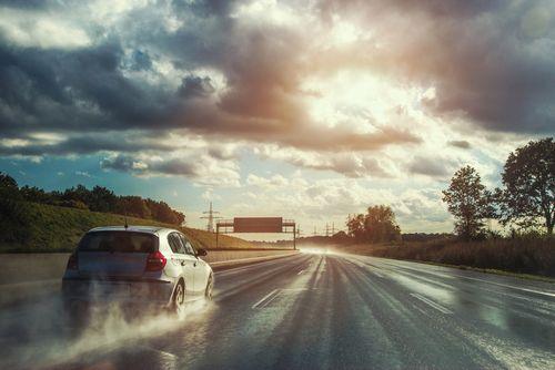 雨の日の運転は怖い!事故率5倍の悪天候を安全に乗り切る対処法