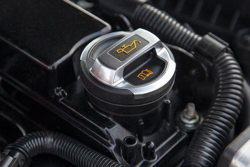 エンジンオイルの交換目安は?どこまで平気?乗り方で変わる交換サイクルと選び方