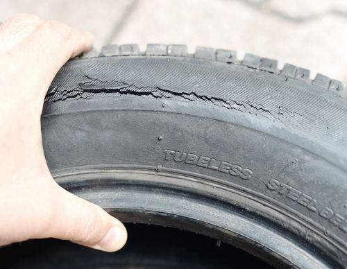 タイヤのひび割れができる原因とは?