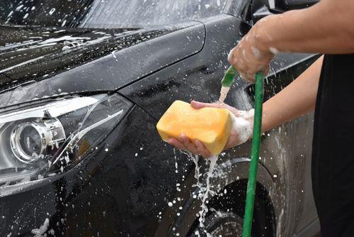 マメな洗車がフロントガラスの傷を防ぐ?!