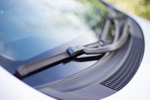 フロントガラスの傷はどの程度なら車検は通るの?