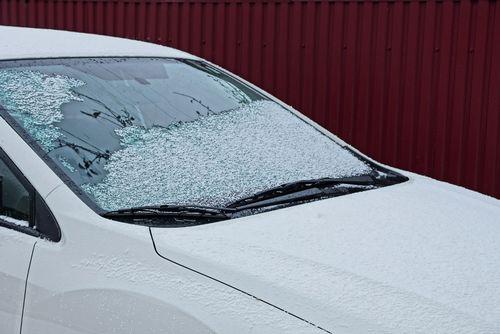 フロントガラスの霜をできるだけ早く除去する方法は?