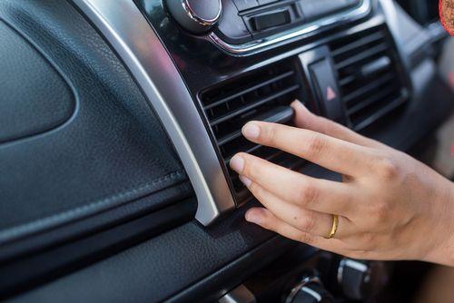 夏に車のエアコンをかけ続けるとバッテリーの影響は?